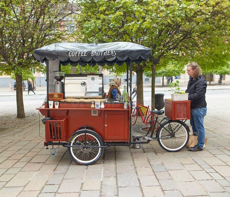 Kosice, Eslováquia - 17 de abril de 2018: um café nas rodas Fast food imagens de stock royalty free