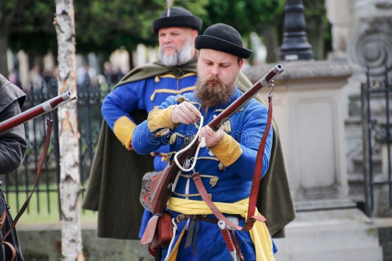 Kosice, Eslováquia - 8 de maio de 2016: Mosqueteiros no festival da cidade foto de stock