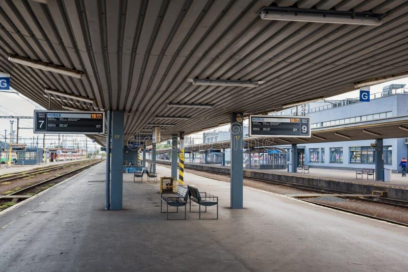 """KOSICE, SISTANI †""""MAJ 1 2019: Prawie puste platformy Główna stacja kolejowa w Kosice Sistani obraz royalty free"""