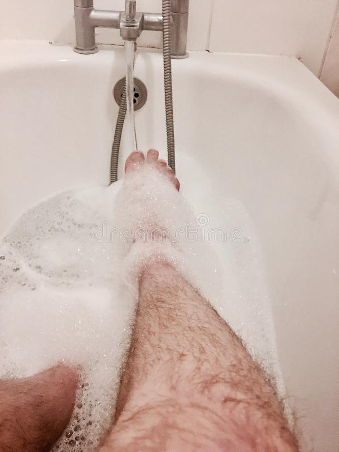 Kosmata noga w łazience obrazy royalty free