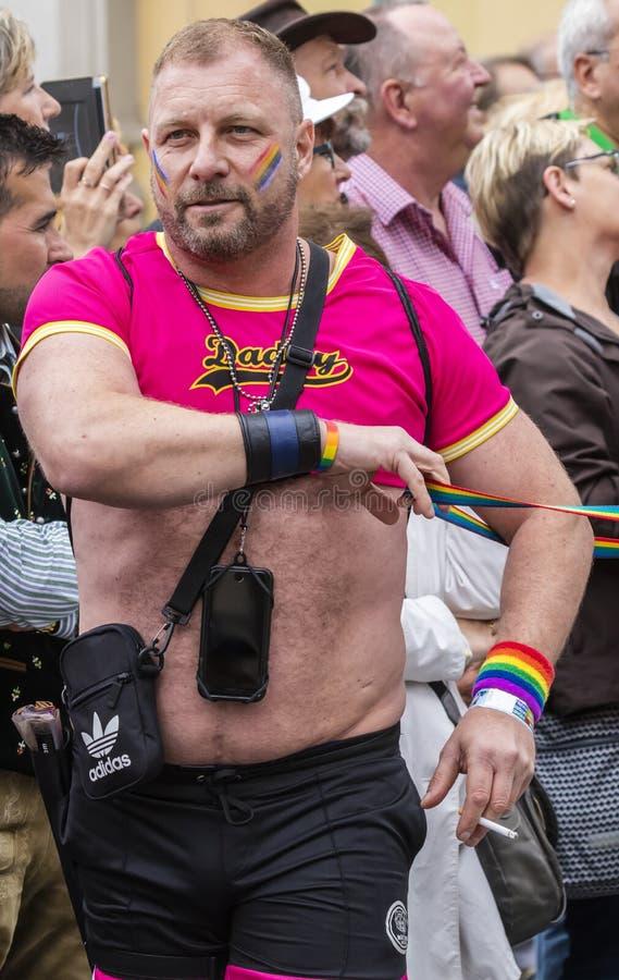 2019: Kosmaty mężczyzna uczęszcza Gay Pride paradę także znać jako Christopher dnia Uliczny CSD w Monachium w ciasnej menchii t k zdjęcia royalty free