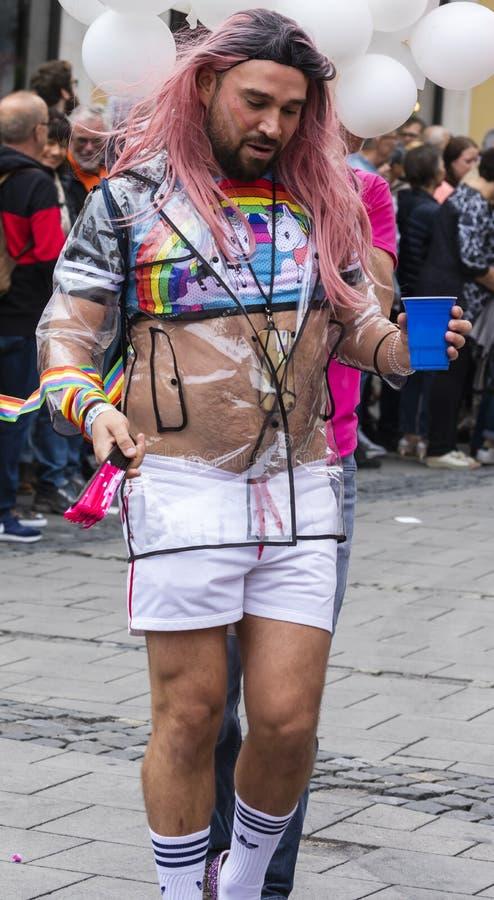 2019: Kosmaty mężczyzna uczęszcza Gay Pride paradę także znać jako Christopher dnia Uliczny CSD w Monachium z różową peruką, Niem fotografia royalty free