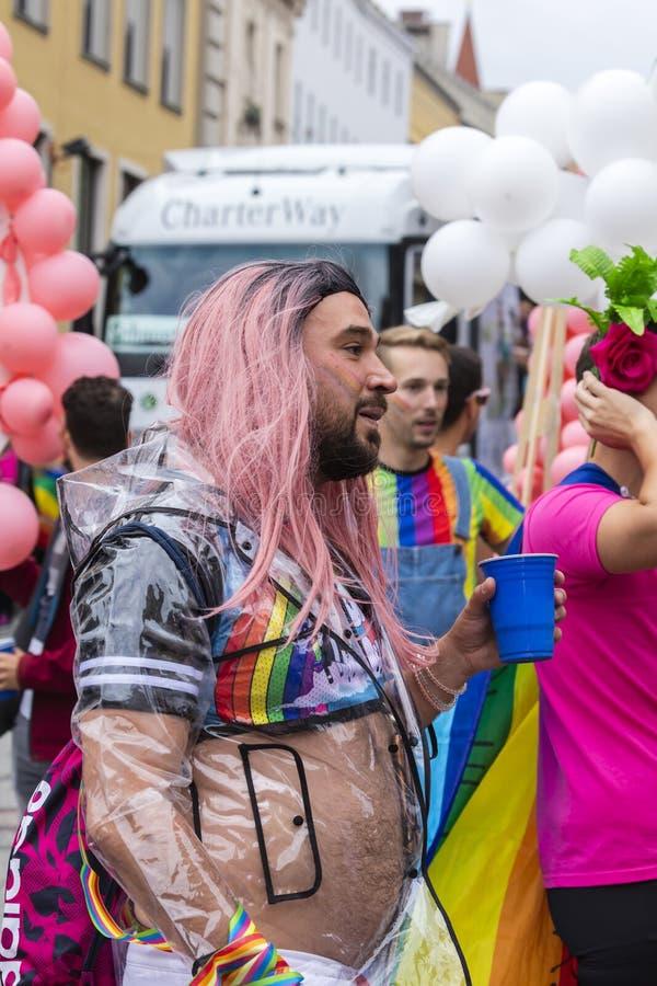 2019: Kosmaty mężczyzna uczęszcza Gay Pride paradę także znać jako Christopher dnia Uliczny CSD w Monachium z różową peruką, Niem obrazy stock