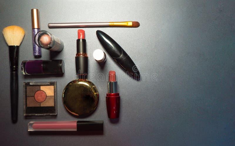 Kosmetik auf grauem Hintergrund, Nahaufnahme, Frau, moderner Blick lizenzfreies stockbild