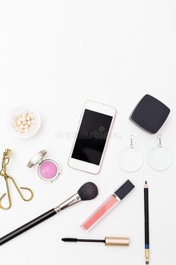 Kosmetik auf weißem Hintergrund und Zubehör Vertikaler Kopienbadekurort stockbild