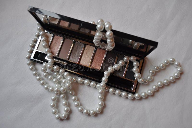 Kosmetik für Frauen auf einem weißen Hintergrund lizenzfreie stockfotos