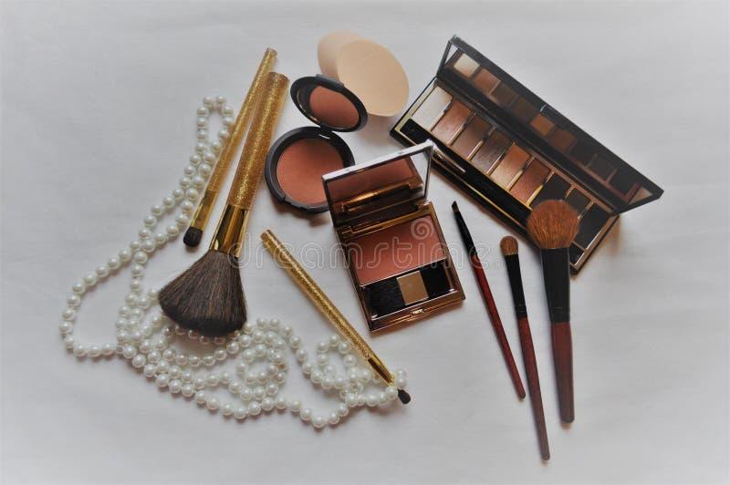 Kosmetik für Frauen auf einem weißen Hintergrund stockbild