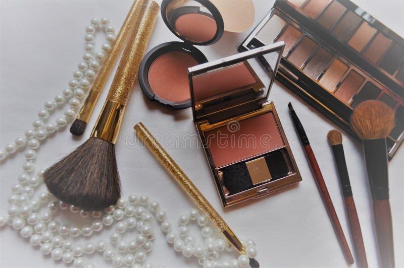 Kosmetik für Frauen auf einem weißen Hintergrund stockfotografie