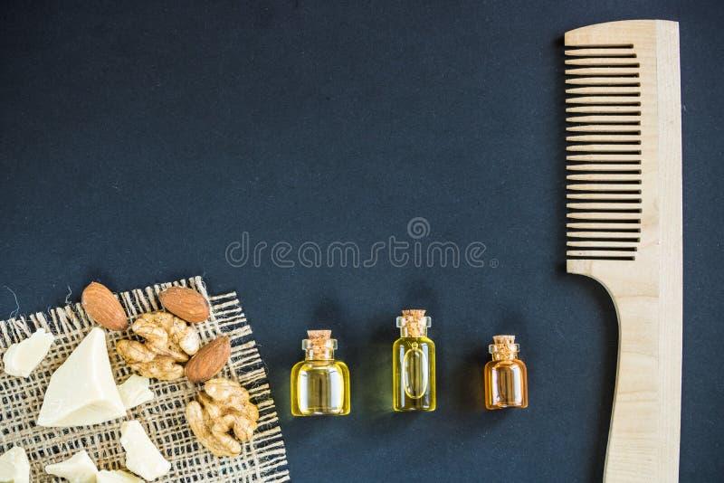 Kosmetik für Frauenhaarpflege auf schwarzem Hintergrund stockfotos