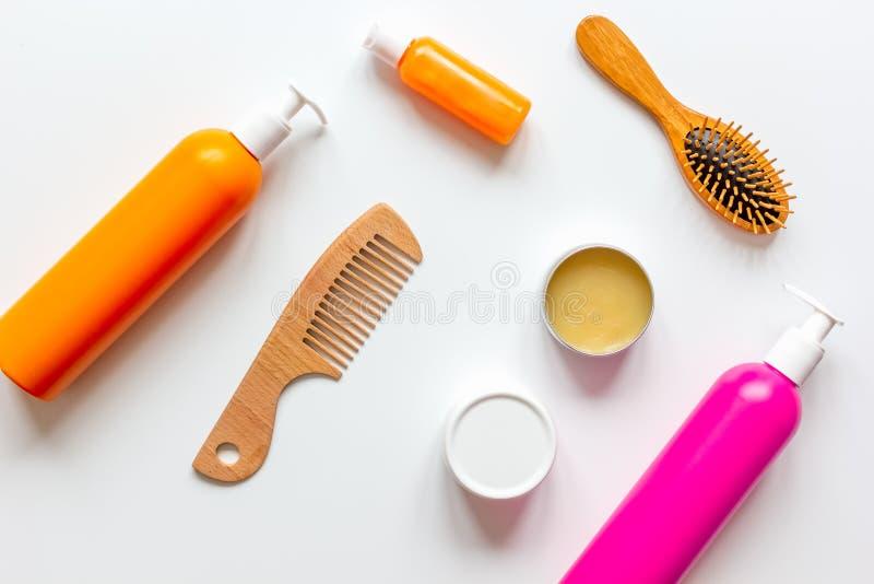 Kosmetik für Frauenhaarpflege in der Draufsicht des weißen Hintergrundes der Flasche stockfotos