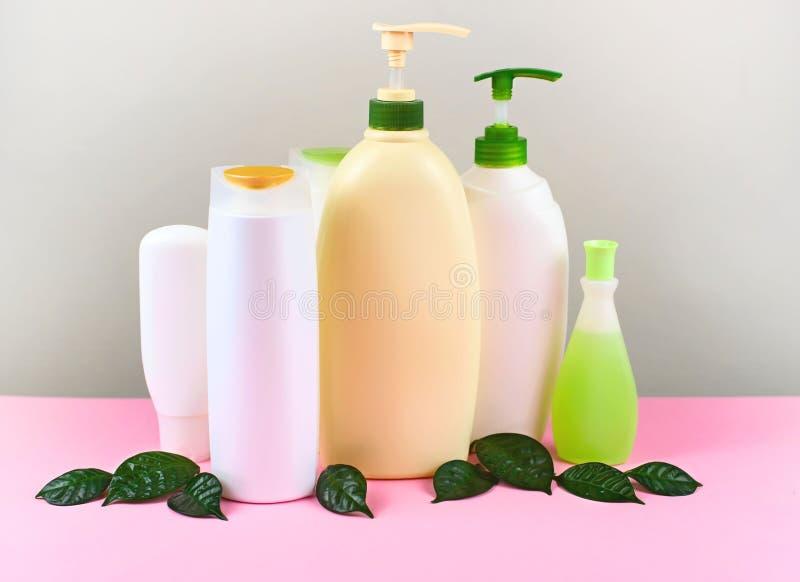 Kosmetik für Haar und weiße Flaschen der Körperpflege auf einer natürlichen Kopie Bioprodukt des grauen Hintergrundes sperren sel stockfotos