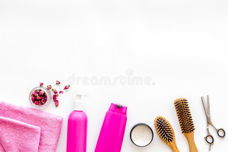 Kosmetik für Haarpflege mit Buxacee, Argan- oder Kokosnussöl und Shampoo in der Flasche auf weißem copyspace Draufsicht des Hinte stockbild
