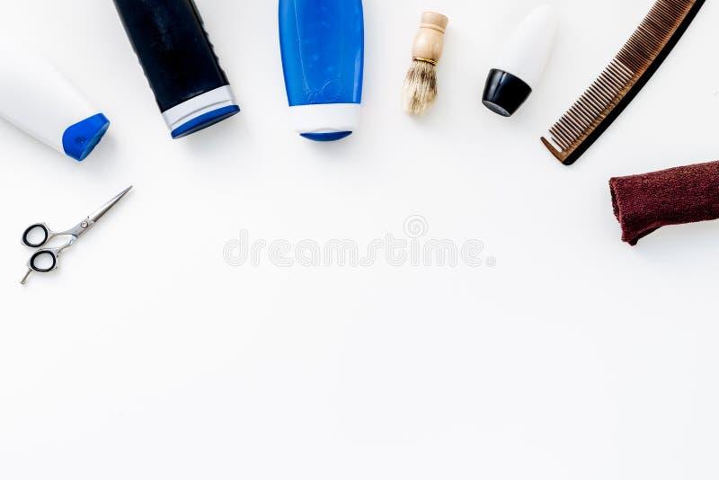 Kosmetik für Männer ` s Haar Flaschen mit Shampoo und Gel, Werkzeuge für das Bürsten, sciccors auf Draufsicht des weißen Hintergr stockfoto