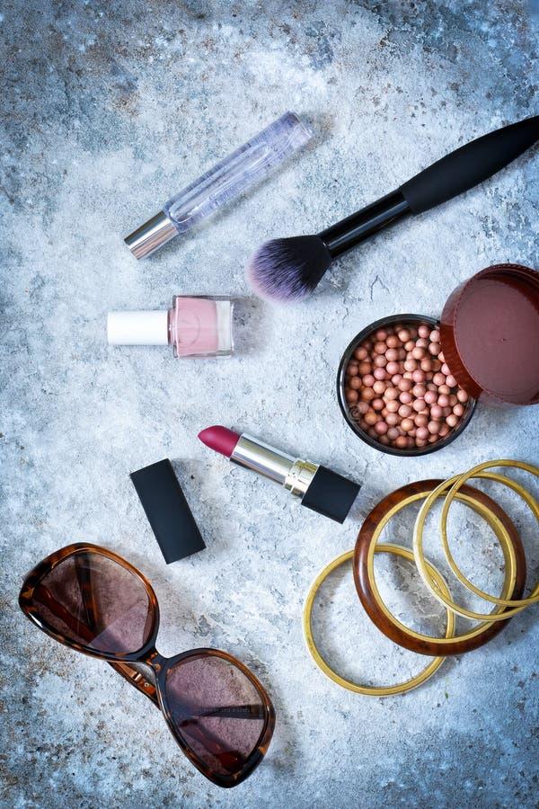 Kosmetik für Make-up Modern, Frauen ` s Kleidung, Schuhe stockbilder