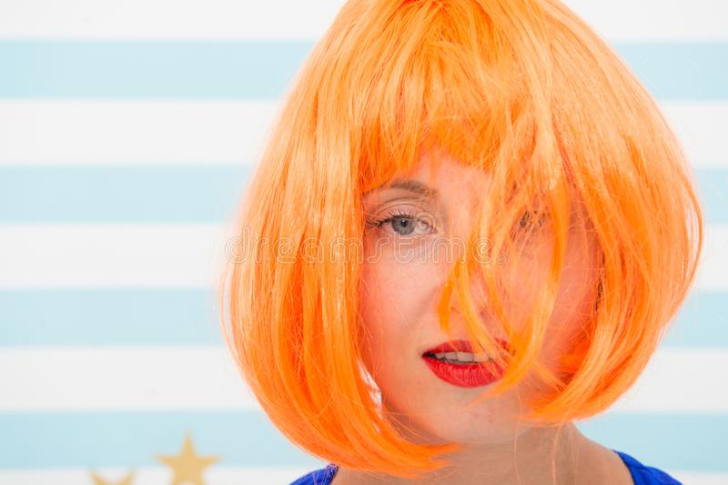 Kosmetik für Sorgfalt und Wiederbelebung Perücke roten Ingwers Dame und bilden nah oben Farbton- und Behandlungsfachmannsalon stockfoto
