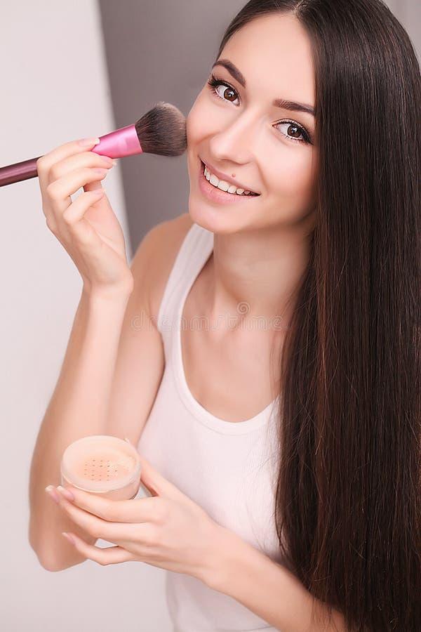 Kosmetik-, Gesundheits- und Schönheitskonzept - Schönheit mit geschlossenen Augen und Make-upbürste stockbild