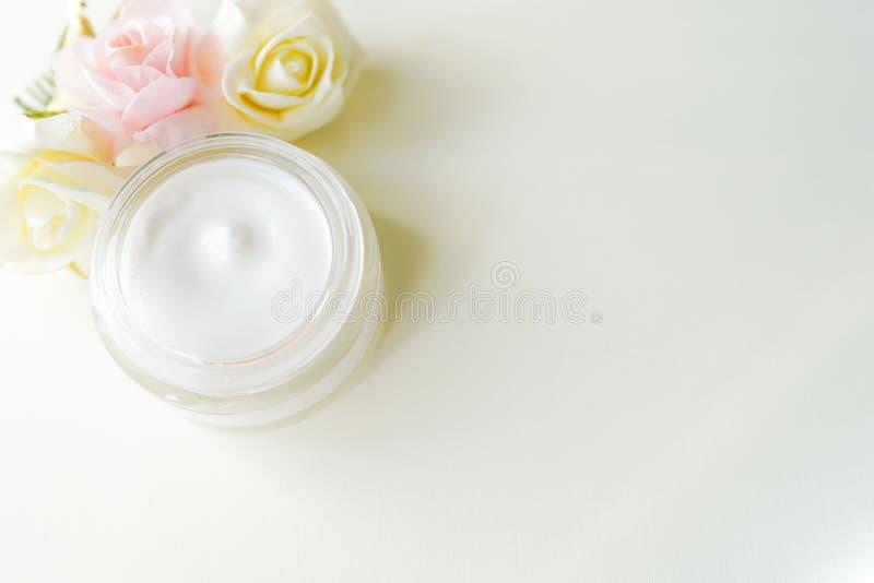 Kosmetik, Glasmolkereicreme mit dem Weizen lokalisiert auf weißem Hintergrund mit Kopienraum Ohne Kennsatz Beschneidungspfad eing stockfoto