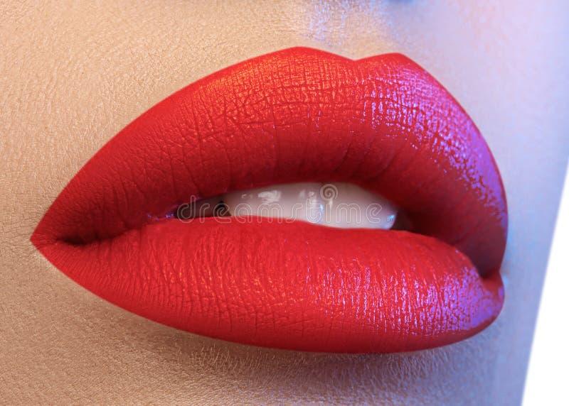 Kosmetik, Make-up Heller Lippenstift auf Lippen Nahaufnahme des schönen weiblichen Munds mit saftigem rotem Lippenmake-up Teil de lizenzfreie stockfotografie