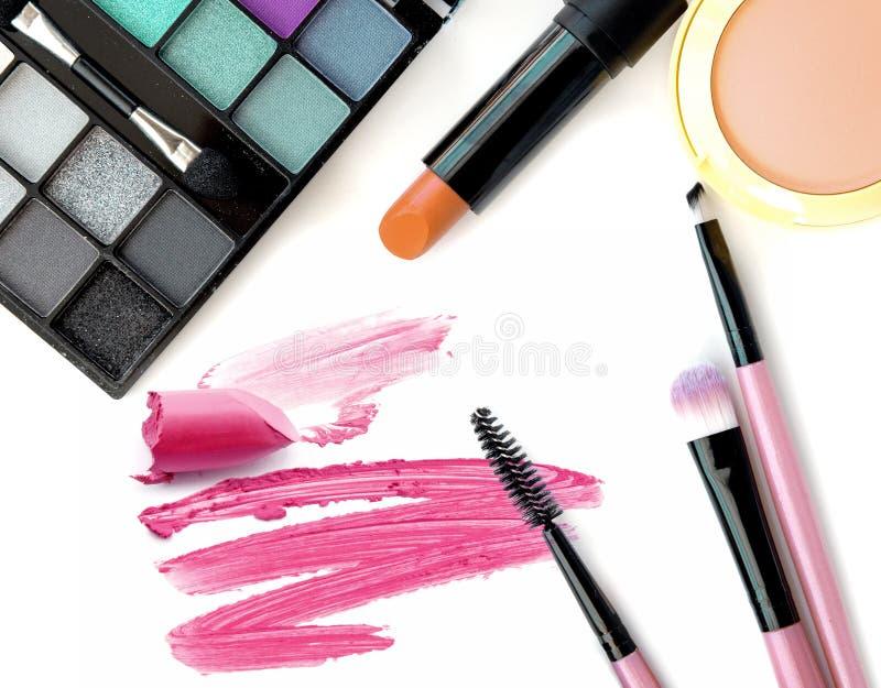 Kosmetik- und Makeup Werkzeuge für Fachmann machen eine Draufsicht Auf einem weißen Hintergrund lizenzfreie stockfotografie