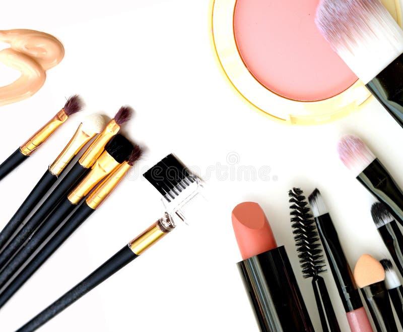 Kosmetik- und Makeup Werkzeuge für Fachmann machen eine Draufsicht Auf einem weißen Hintergrund stockbilder