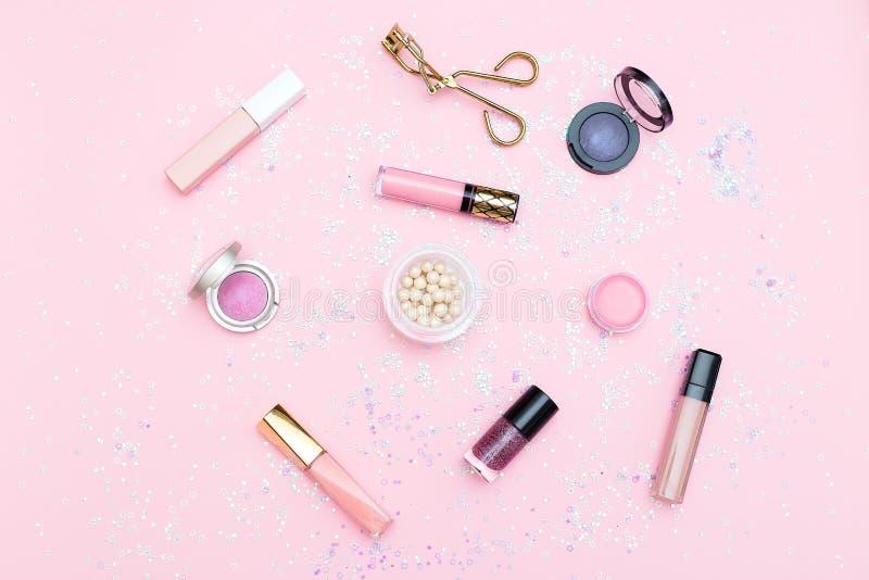 Kosmetik und Zubehör auf einem Hintergrund der rosa Farbe flaches L lizenzfreie stockfotos