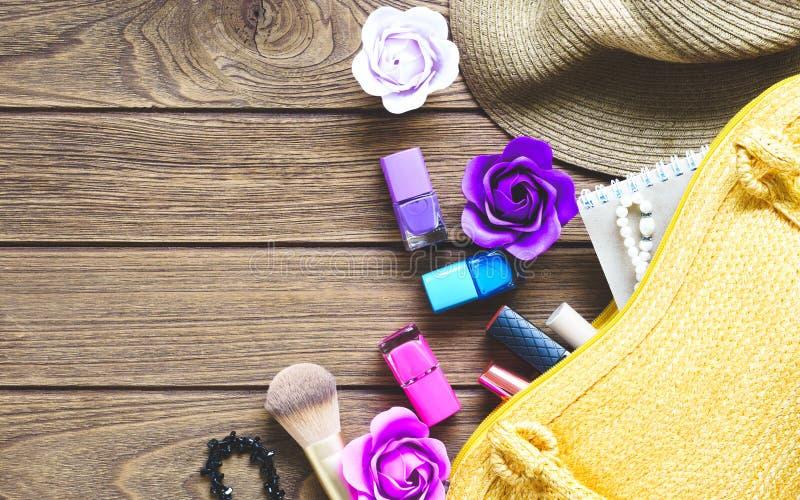 Kosmetik und Zubehör von offener Damenhandtasche Frauen `s Fonds lizenzfreies stockfoto