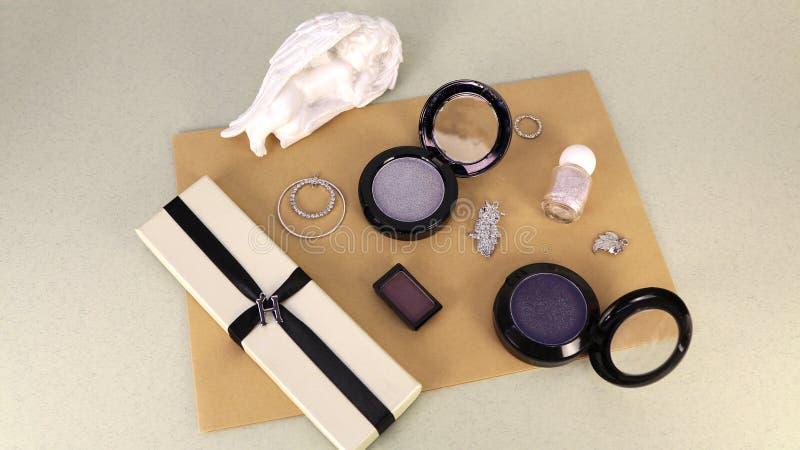 Kosmetika och smycken på Kraft-papper, Flat Lay arkivbilder
