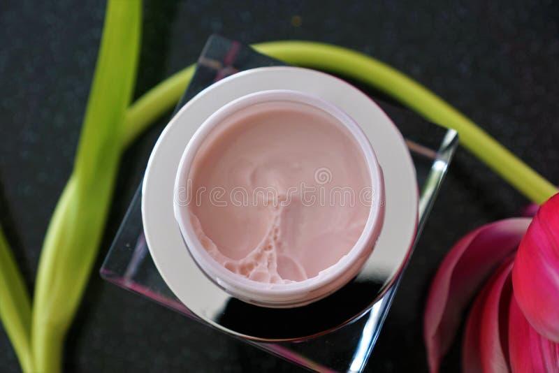 Kosmetikcreme in einem Glas stockbilder