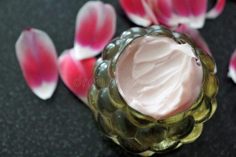 Kosmetikcreme in einem Glas lizenzfreie stockbilder