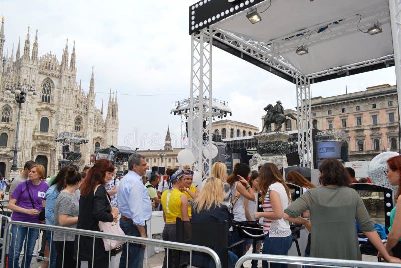 Kosmetiker, die Kunden für freien Freienfotosatz 'Brosway 'in Milan Duomo-Quadrat empfangen stockfotografie