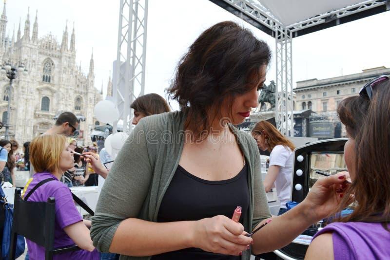 Kosmetiker, die Kunden für freien Freienfotosatz 'Brosway 'in Milan Duomo-Quadrat empfangen stockbild