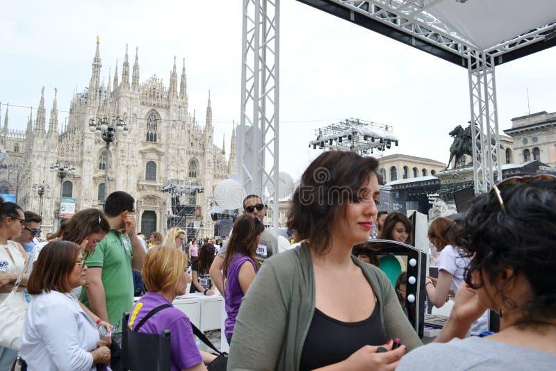 Kosmetiker, die Kunden für freien Freienfotosatz 'Brosway 'in Milan Duomo-Quadrat empfangen stockfotos