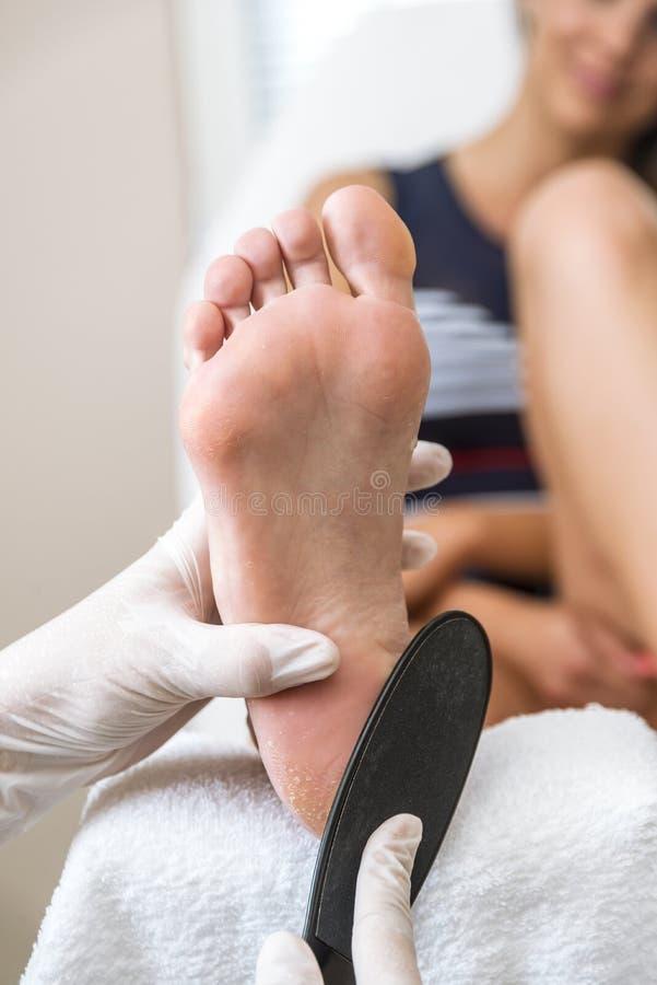 Kosmetikerfußbehandlung Behandlung von Füßen und von Nägeln lizenzfreie stockbilder