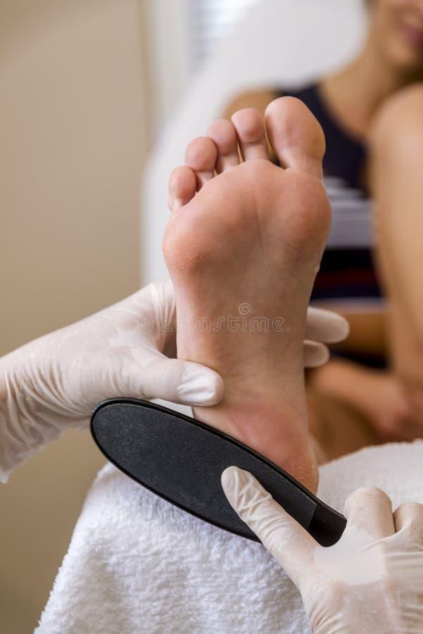 Kosmetikerfußbehandlung Behandlung von Füßen und von Nägeln lizenzfreies stockbild
