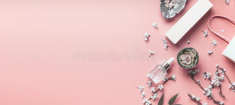 Kosmetikkorallenhintergrund Schein oben von den Hautpflegeprodukten mit Einkaufstasche- und Frühlingsblüte Schönheitsblogplan Geb stockbilder