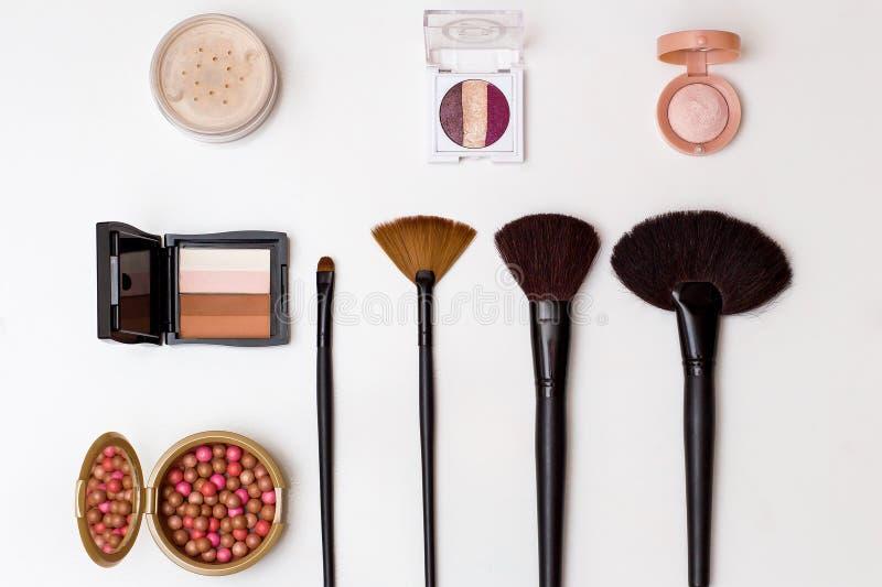 Kosmetikmake-up bürstet Lidschatten Grundlagenpulver auf Draufsicht des weißen Hintergrundes lizenzfreie stockfotos