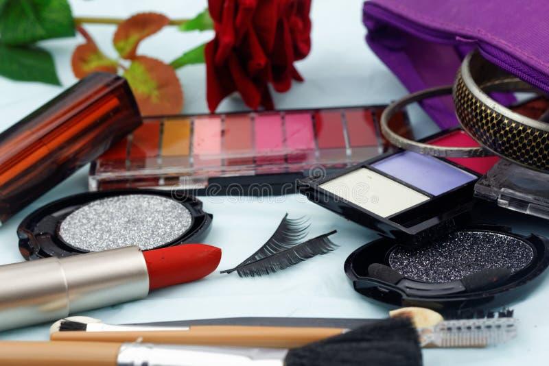 Kosmetiksatz mit Bürsten und gefälschtem Auge peitscht mit bilden Tasche, lizenzfreie stockfotografie
