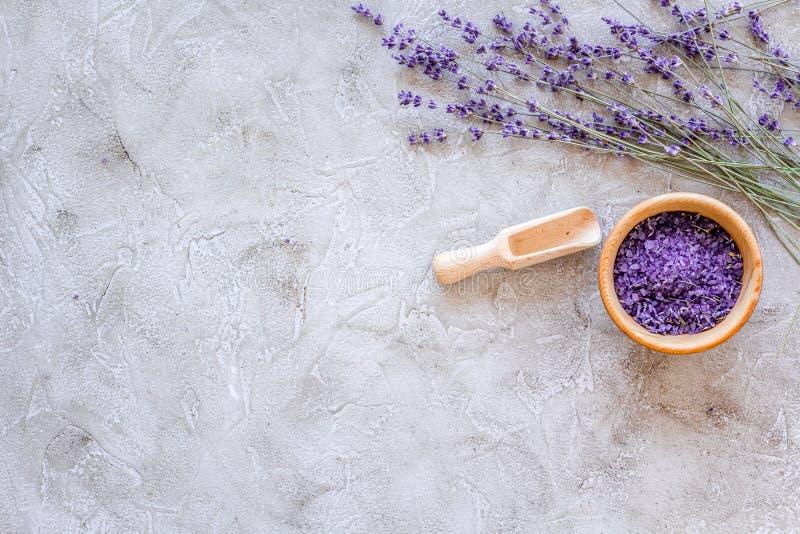 Kosmetiksatz mit Lavendelkräutern und Seesalz in der Schüssel auf Steintabellenhintergrundebene legen Modell stockfotografie