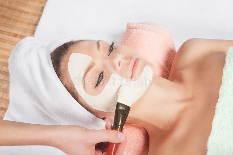 Kosmetisch masker bij kuuroordsalon stock foto