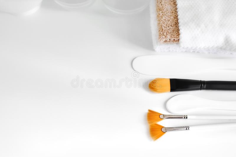 Kosmetische borstels, spatels en handdoeken stock afbeelding
