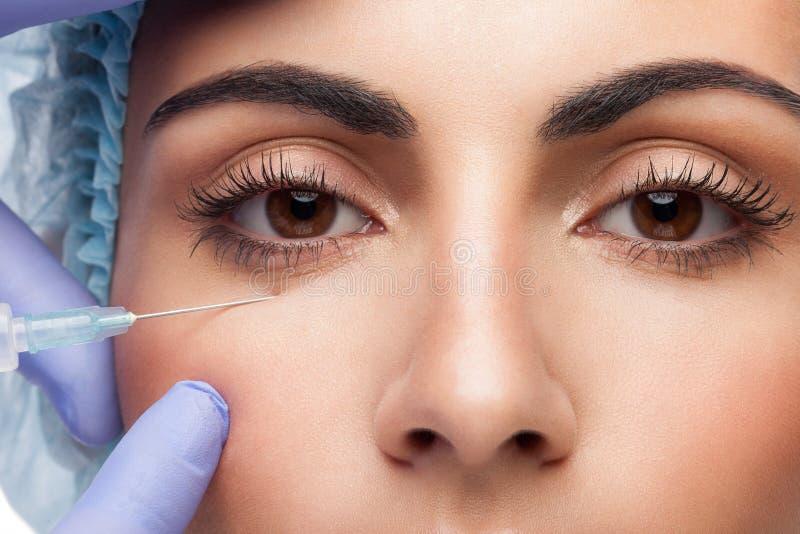 Kosmetische botox Einspritzung zum hübschen Frauengesicht lizenzfreies stockfoto