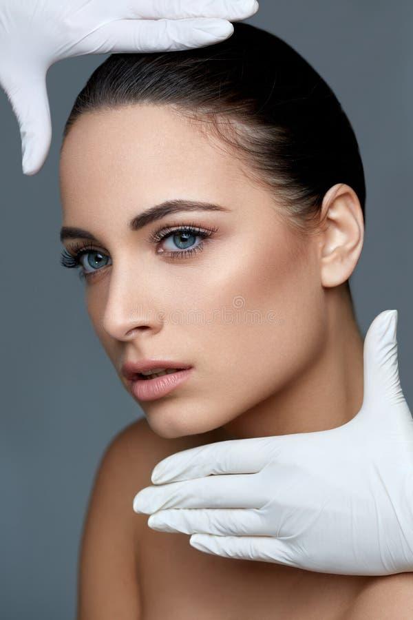 Kosmetische chirurgie Mooie Vrouw vóór Plastic Verrichting beau stock foto's