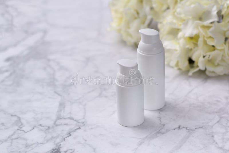 Kosmetische Flasche mit Blume auf marbel Hintergrund Natursch?nheitsproduktkonzept stockfotos