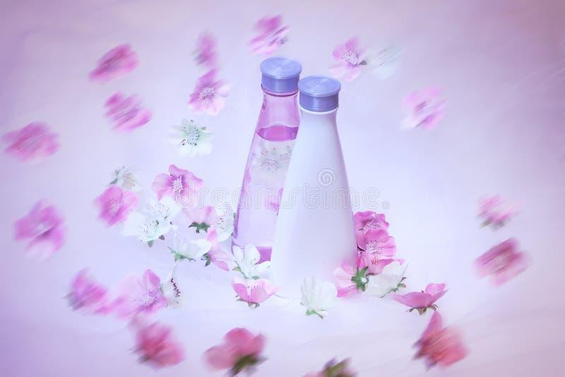 Kosmetische Flaschen mit Blumen stockfotos