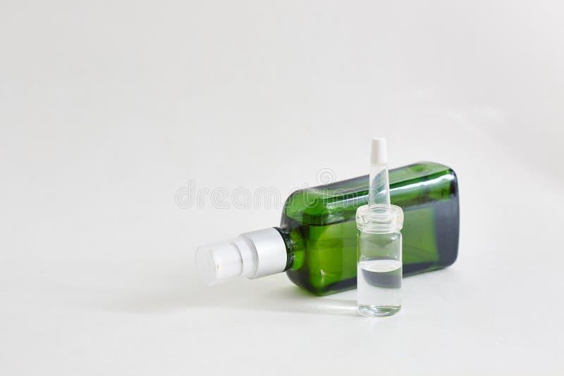 Kosmetische Flaschen ?therische ?le auf wei?em Hintergrund Raum f?r Text stockfotografie