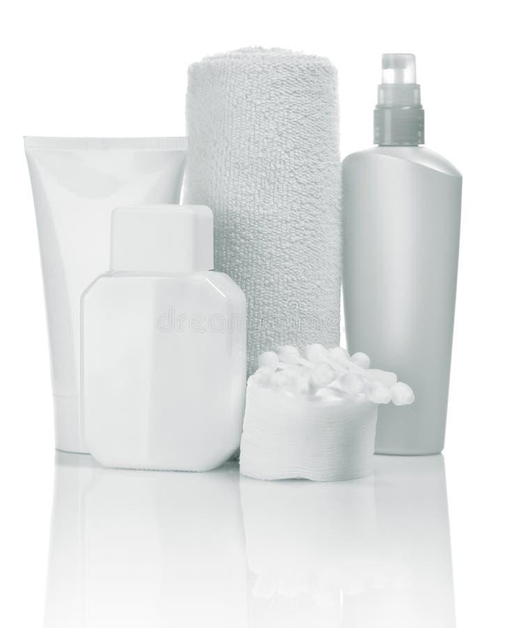 Kosmetische flessen en handdoek stock afbeelding