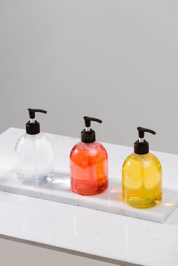 Kosmetische flessen met douchegel, lichaamslotion of shampoo en badhanddoeken Het stilleven van het kuuroord royalty-vrije stock foto's