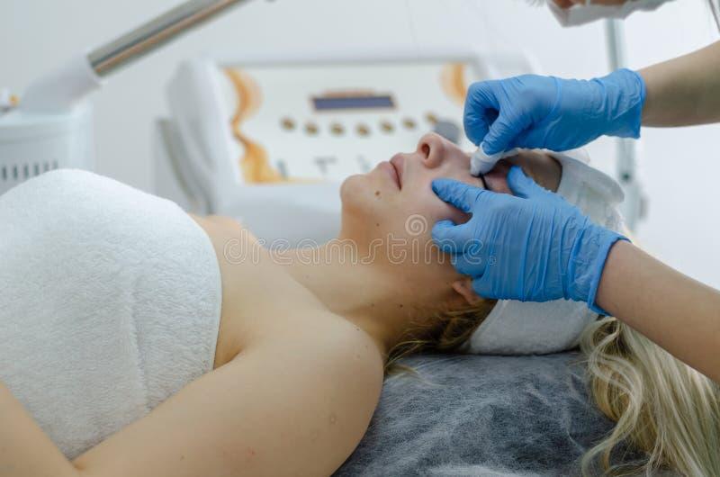 Kosmetische Gesichtsbehandlung lizenzfreie stockfotografie