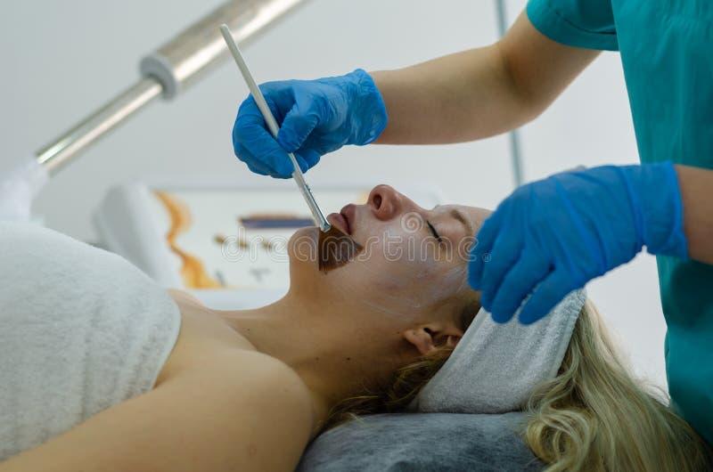 Kosmetische gezichtsbehandeling stock foto's