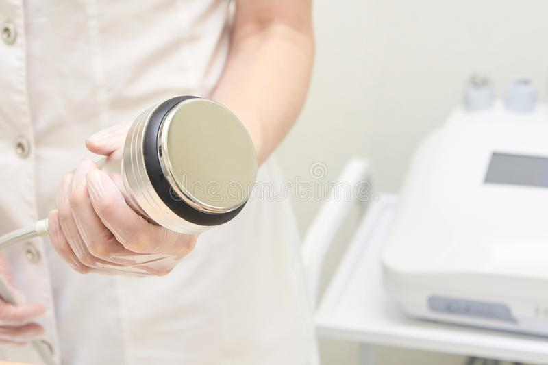 Kosmetische procedures Moderne apparatuur Ultrasone cavitatie Li stock afbeelding